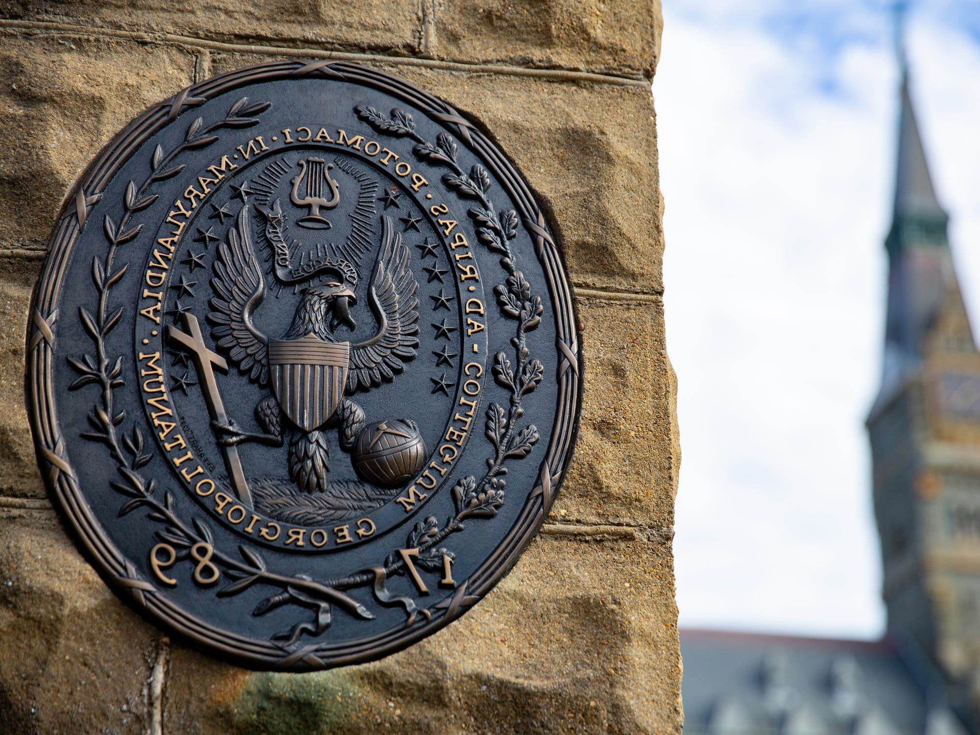 The Georgetown seal on the front gates 的 campus